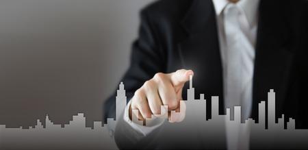 実業家アクティブ成長過程、家、不動産都市概念の選択。スカイライン手を仮想画面に家のアイコンを押すと。ビジネス、技術、インターネット、