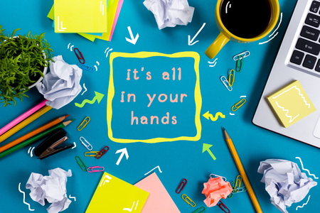 el mundo en tus manos: Todo está en sus manos. Vector de la oficina con la libreta, el ordenador y la taza de café sobre fondo azul. Consept negocio creativo vista desde arriba