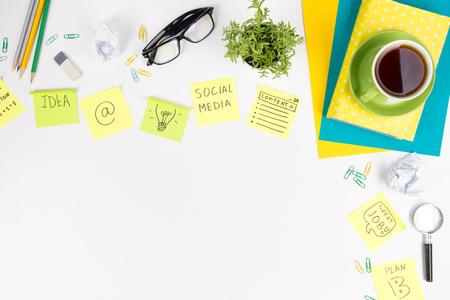 オフィス テーブル デスク用品、メモ帳、コンピューター、コーヒー カップ。ビジネス創造的な概念。領域をコピーします。