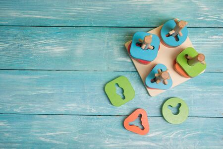 concept of early childhood development using the Montessori method. childrens toys made of wood. The Montessori Material. School and kindergarten. sorter. Logical educational toys. Foto de archivo
