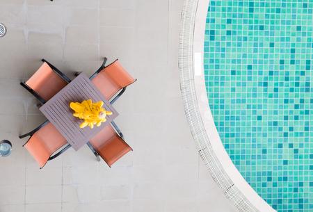 silla: Sillas y mesa con una parte de la piscina en la vista superior Foto de archivo