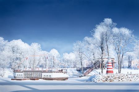 Navigatie Vuurtoren bevroren water kust berijpte bomen rijp sneeuw steiger pier toeristische schip zonnige dag Stockfoto - 71325341