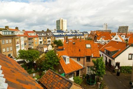 Architectuur en straten van de oude stad. Luchtvlucht Zandvoort