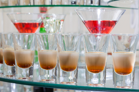 Alcoholic cocktails on a glass surface, banquet table. Zdjęcie Seryjne