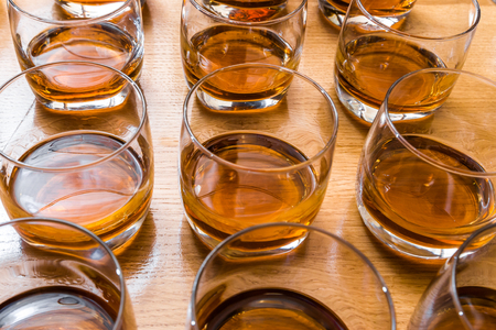 Glasses are filled with whiskey on the table Zdjęcie Seryjne