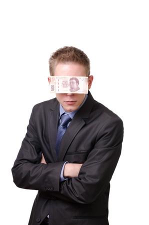 interrogativa: Un hombre de negocios con los ojos vendados por un interrogativo 500 pesos mexicanos en cuenta