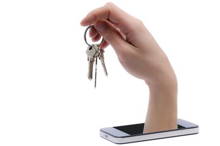 identity thieves: Una mano sale un tel�fono inteligente y le roba un manojo de llaves Foto de archivo