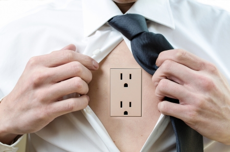 enchufe de luz: Un hombre de negocios abre la camisa para revelar una toma de corriente Foto de archivo