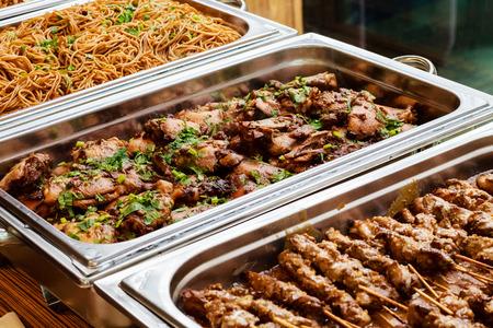 음식 아시아 뷔페 음식 결혼식이나 파티를위한 야채와 신선한 고기 스톡 콘텐츠