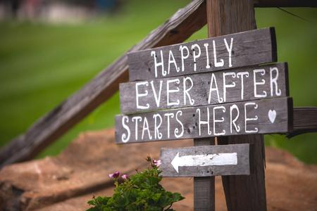 Happily Ever After begint hier teken bij trouwlocatie Stockfoto