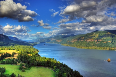 columbia river gorge located about 5 miles east of washougal on the Cape look out.  with beacon rock in the background shot from the washington side Imagens