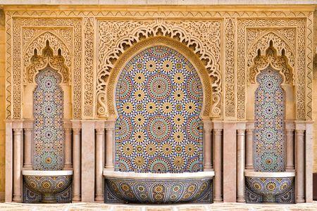 Typische Marokkaanse tegels fontein in de stad van Rabat, in de buurt van de Hassan Toren  Stockfoto