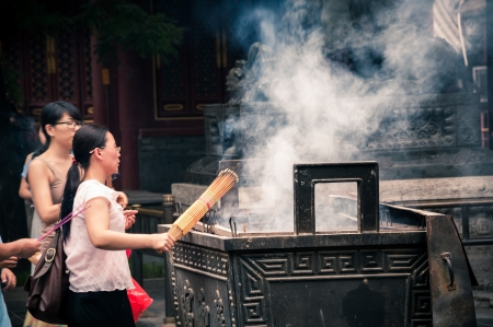 mujeres orando: Budistas oran en el templo Yonghegong Lama en Beijing, China