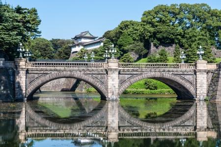 Nijubashi brug en het keizerlijk paleis voorbij in Tokio, Japan Stockfoto