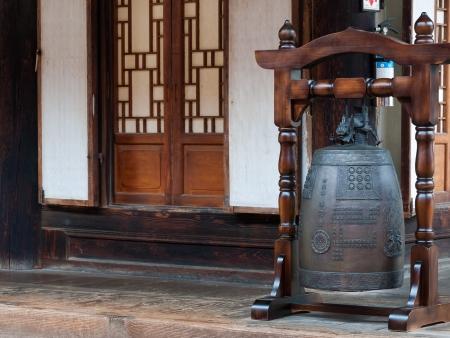 bell bronze bell: Una campana de bronce fuera del Templo Bongeunsa en Se�l, Corea del Sur