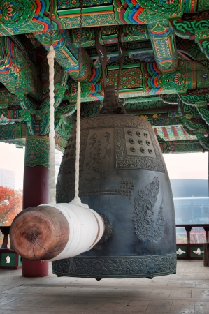 bell bronze bell: Una campana de bronce grande y ram suspendida del techo en el templo de Bongeunsa en Se�l, Corea del Sur