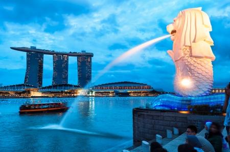 De Merlion fontein 's nachts verlicht in Singapore.