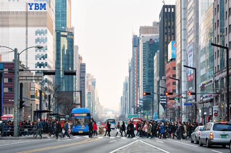Voetgangers oversteken van de straat in de buurt van Gangnam Station op 22 februari 2014 in Seoul, Zuid-Korea