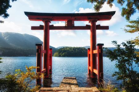 De Torii poort die staat op de oever van het meer Ashi, de buurt van Mount Fuji in Japan
