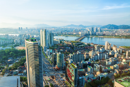 Kijkt uit over het centrum van Seoul en de Han-rivier