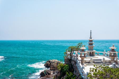 Een stenen paviljoen met uitzicht op de zee bij Haedong Yonggungsa Tempel in Busan, Zuid-Korea.