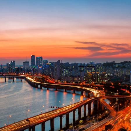 De Seoul skyline bij zonsondergang, op zoek naar de zakenwijk Yeouido.