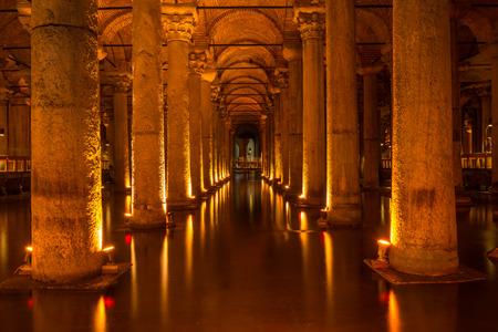 cisterna: Columnas sin fin en la cisterna de la basílica en Estambul, Turquía Editorial