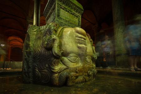 cisterna: Una cabeza de Medusa es compatible con una columna a la cisterna de la basílica en Estambul Foto de archivo