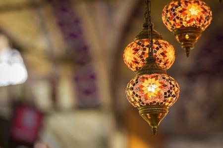 Multi-gekleurde lampen opknoping op de Grand Bazaar in Istanbul. Stockfoto