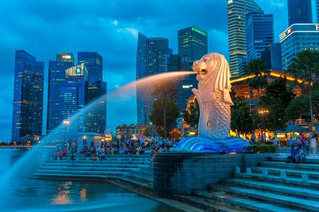 De Merlion fontein 's nachts verlicht op 22 december 2013 in Singapore.