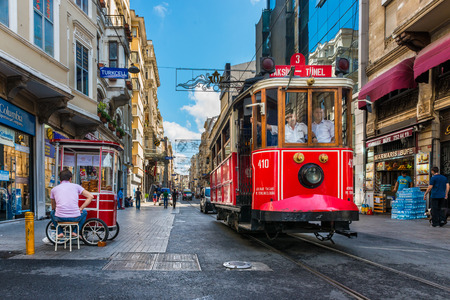 Het Taksim-Tunel Nostalgia Tram rijdt het de straten van Taksim op 31 juli 2014 in Istanbul, Turkije.