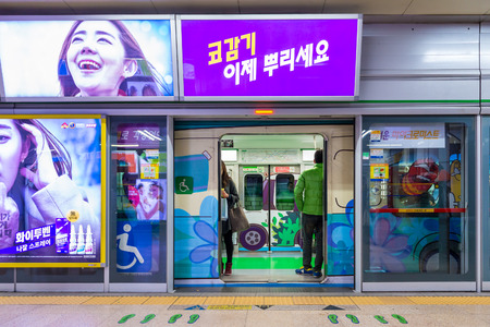 gangnam: Local Seoulites board the subway at Gangnam Station on December 21, 2014 in Seoul, South Korea.