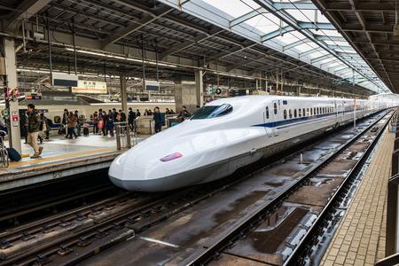 shin: A Shinkansen train pulls into Shin Osaka Station on December 29, 2014 in Osaka, Japan.