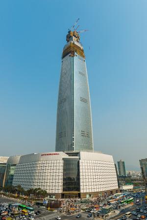 Lotte World Tower in aanbouw op 11 april 2015 in Seoul, Zuid-Korea. De toren is te wijten aan geopend in oktober 2016.