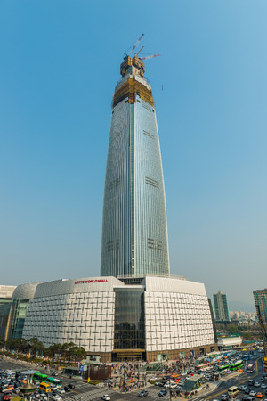 Lotte World Tower under construction on April 11, 2015 in Seoul, South Korea. The tower is due to open in October, 2016. 版權商用圖片
