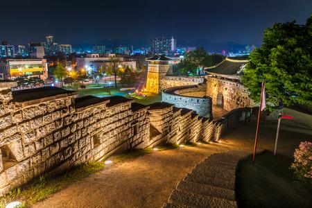 De oude muren van Hwaseong Fortress 's nachts verlicht in Suwon, Zuid-Korea.