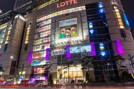 Almacenes Lotte iluminado por la noche en el distrito de Myeongdong de Seúl, Corea del Sur. Editorial