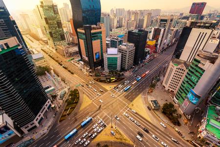 Spitsuur het verkeer raast door een kruising in de wijk Gangnam van Seoul, Zuid-Korea.