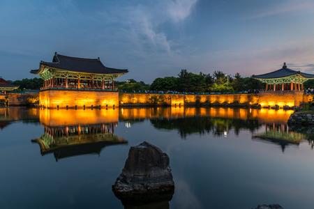 De paviljoens van Anapji Pond verlicht als de avond valt op in Gyeongju, Zuid-Korea. Stockfoto