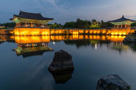 De paviljoens van Anapji Pond verlicht als de avond valt op in Gyeongju, Zuid-Korea. Redactioneel