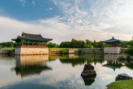 De paviljoens van Anapji Pond weerspiegeld in het water in Gyeongju, Zuid-Korea. Redactioneel