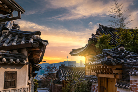 Traditional Korean style architecture at Bukchon Hanok Village in Seoul, South Korea. Imagens - 40978171