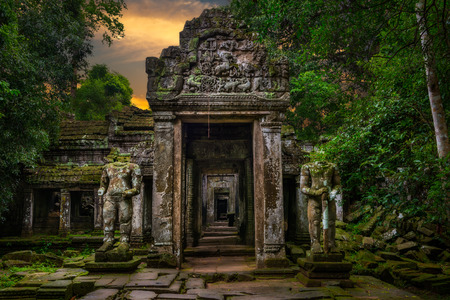 Entering into the ancient temple of Preah Khan in Siem Reap, Cambodia. 版權商用圖片