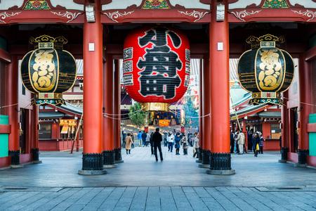 templo: La puerta Hozomon del templo de Sensoji en Tokio, Japón, durante las celebraciones de Año Nuevo. El templo es el más antiguo de Tokio y uno de sus hitos más significativos.