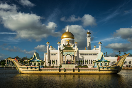 The late afternoon sun sets over Bandar Seri Begawan, Brunei, and strikes the facade of the Sultan Omar Ali Saifuddin Mosque. Imagens