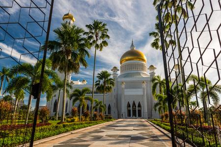 omar: Entering the courtyard of the Sultan Omar Ali Saifuddin Mosque in Bandar Seri Begawan, Brunei. Stock Photo