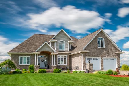 země: Krásný nový dům na kopci v Kanadě.