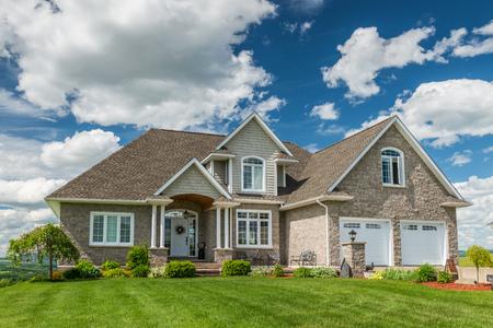 캐나다에서 언덕에 아름다운 새 집.