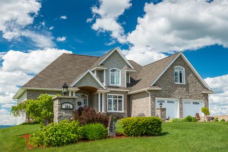 Een mooi nieuw huis op een heuvel in Canada. Stockfoto