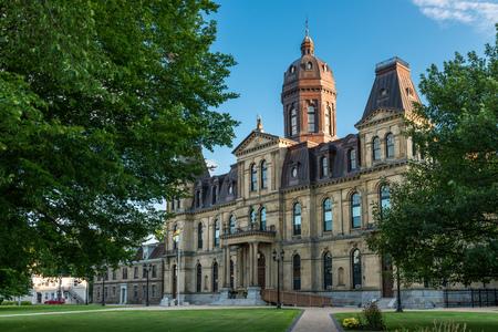 Het wetgevende gebouw van New Brunswick in Fredericton, New Brunswick. Het gebouw in Second Empire-stijl werd geopend in 1882.